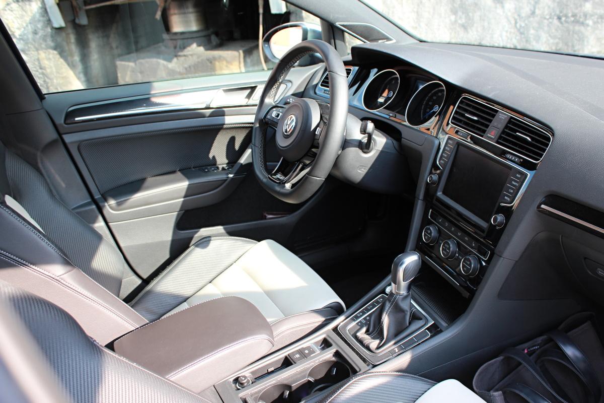 Test volkswagen golf r variant nen padn elma auto for Interior golf variant